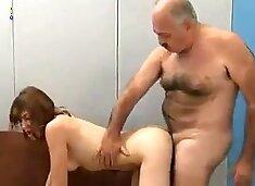Oude man neukt tiener